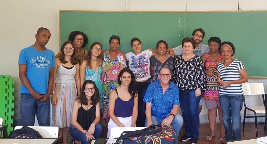 A foto mostra a jornalista autora da matéria junto ao grupo Ouvi Falar, durante encontro realizado no campus da UFSJ.